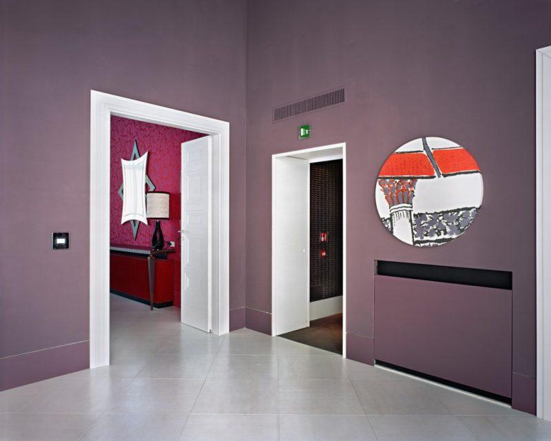 Lynne Cohen, <i>Sans titre (mur mauve)</i>, 2010