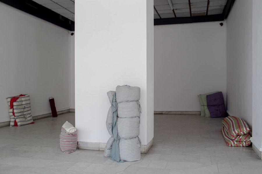 Annie Low, Dust Bed (vue d'installation à la biennale Art Encounters, Timișoara, Roumanie, 2019), 2018-2019