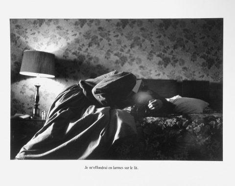 Je m'effondrai en larmes sur le lit, 1978, Raymonde April, Épreuve à la gélatine argentique.