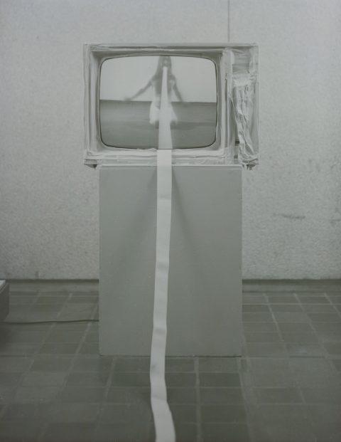 Propos type, 1977, Jean-François Cantin, Vidéogramme noir et blanc, 30 min., muet, téléviseur, ruban-cache et ruban élastique.