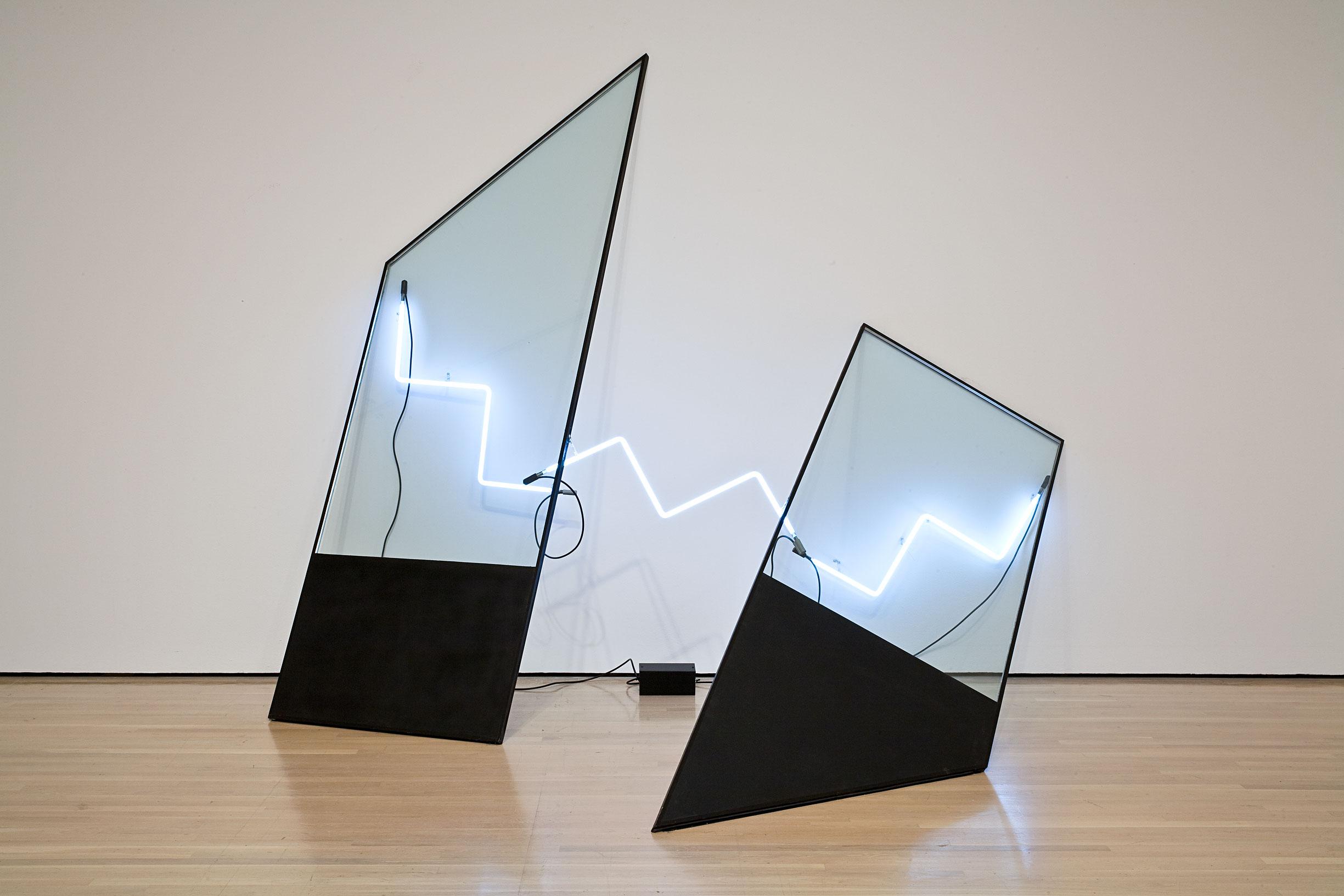 La Salle, 1980, Keith Sonnier, Verre, peinture noire, ruban adhésif, néon, transformateur et filage électrique.