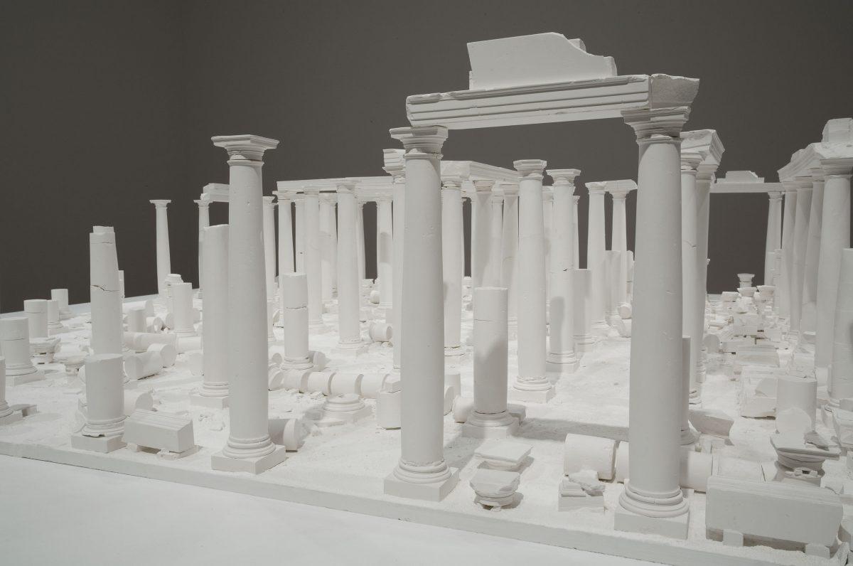 détail de Le Temple aux cent colonnes, 1980, Anne et Patrick Poirier, Construction et moulage en plâtre sur base de bois.