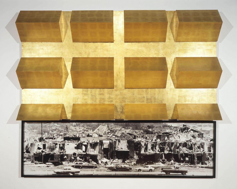 Cold Heaven, 1983-1984, Robert Longo, Feuille d'or sur contreplaqué et photographie noir et blanc encadrée.