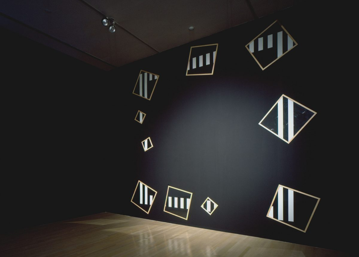 détail de Sous-verres, sun-verres, 1990, Daniel Buren, Plexiglas, bois, peinture acrylique et vinyle adhésif.