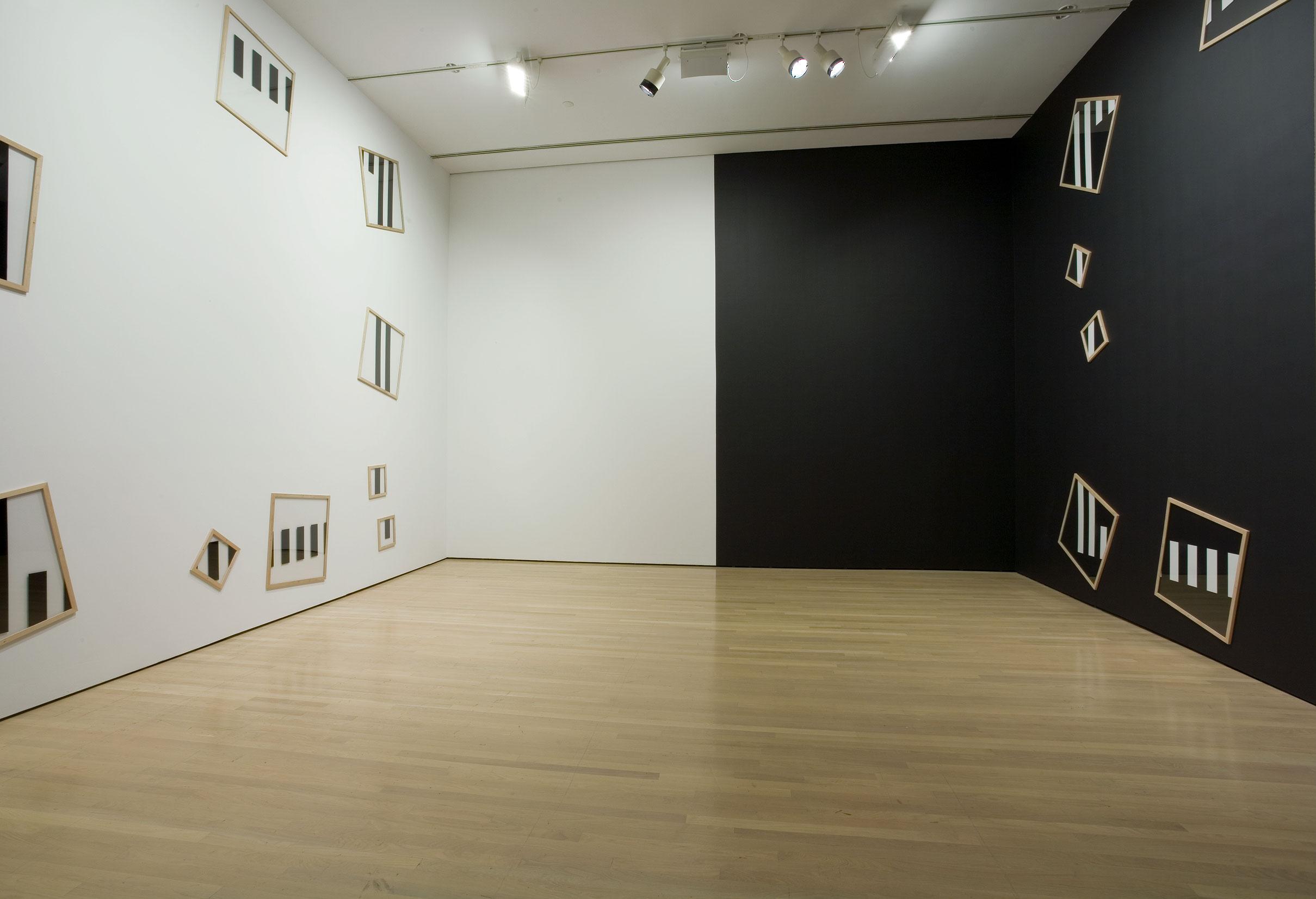 Sous-verres, sun-verres, 1990, Daniel Buren, Plexiglas, bois, peinture acrylique et vinyle adhésif.