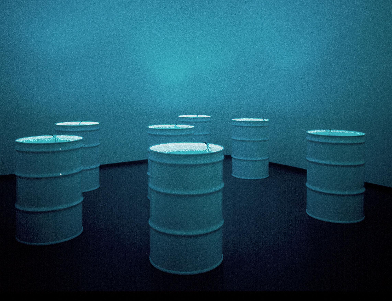 The Sleepers, 1992, Bill Viola, 7 barils de métal, 7 moniteurs vidéo noir et blanc, 7 vidéogrammes, 385 gallons d'eau, 1/2.