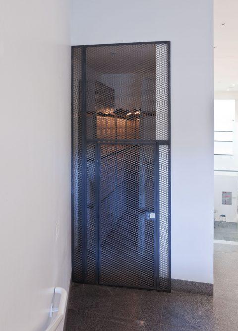 Les Archives du Musée d'art contemporain de Montréal, 1992, Christian Boltanski, Étagères métalliques, 336 boîtes de carton, 336 étiquettes, 196 photographies et 16 lampes électriques.