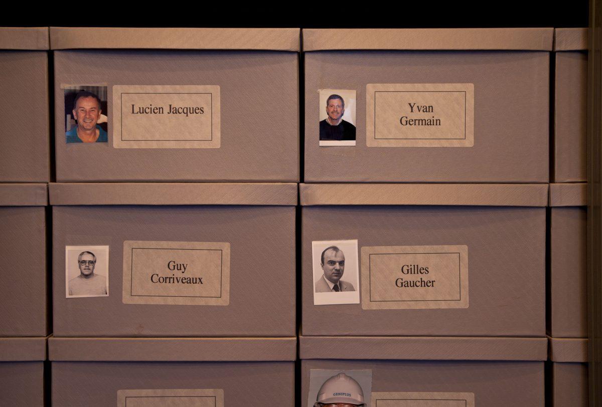 détail de Les Archives du Musée d'art contemporain de Montréal, 1992, Christian Boltanski, Étagères métalliques, 336 boîtes de carton, 336 étiquettes, 196 photographies et 16 lampes électriques.