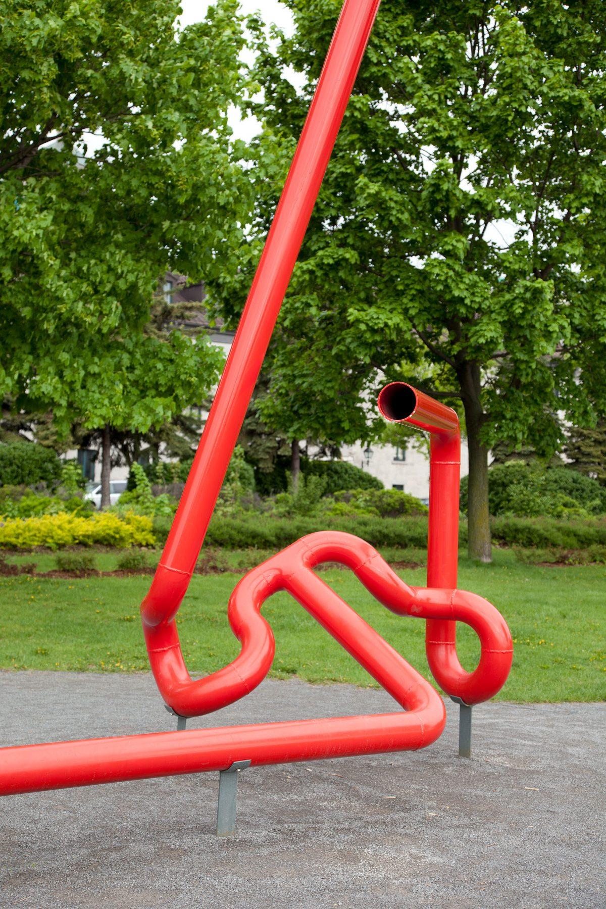 détail de Nadia ou Le Saut du tremplin, 1976, Marcel Barbeau, Aluminium et acrylique.
