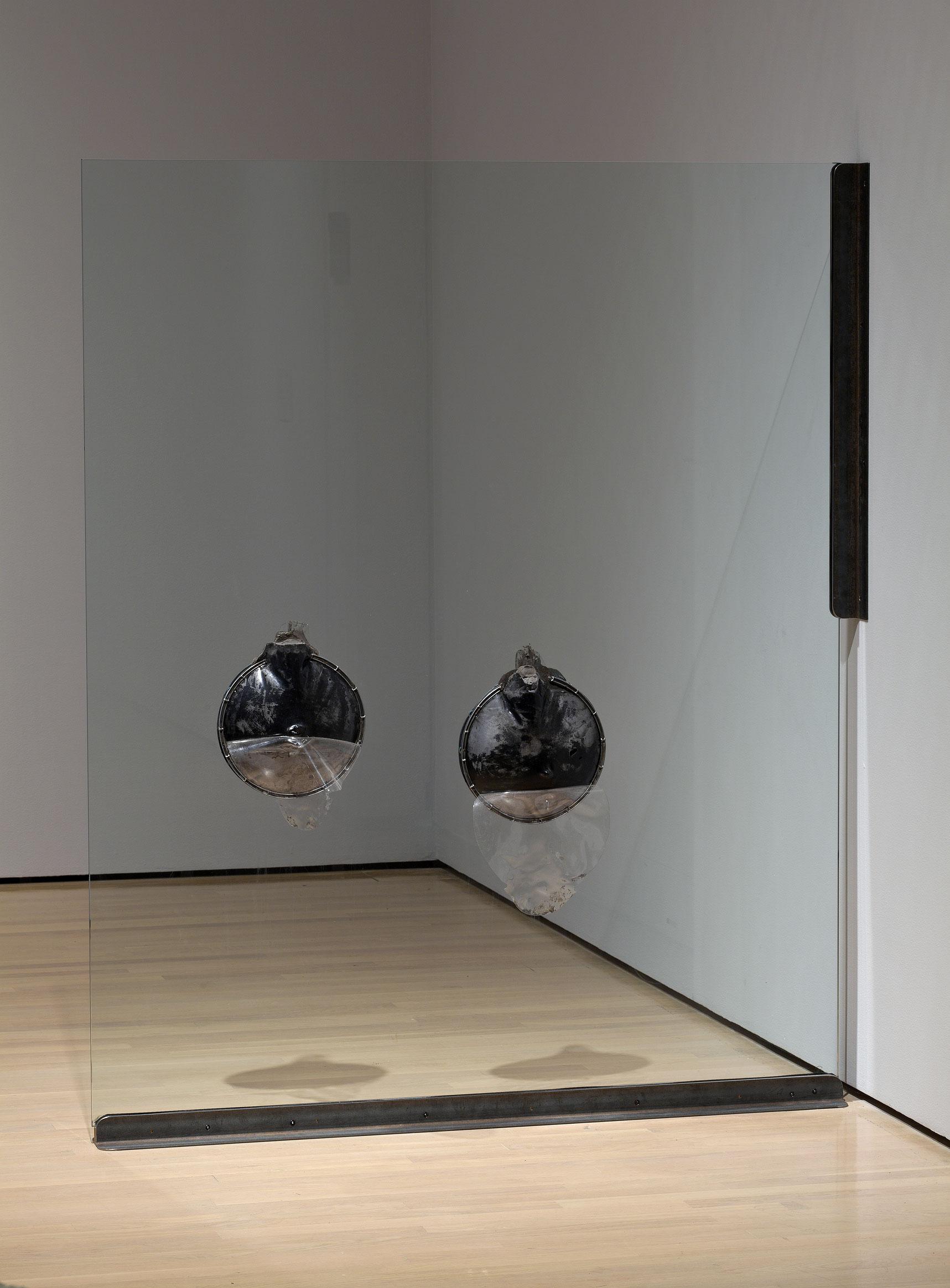 Mère obscure, père ambigu, fils accompli: Agathe, 1994, Stephen Schofield, Verre, ciment fondu, plastique et métal.