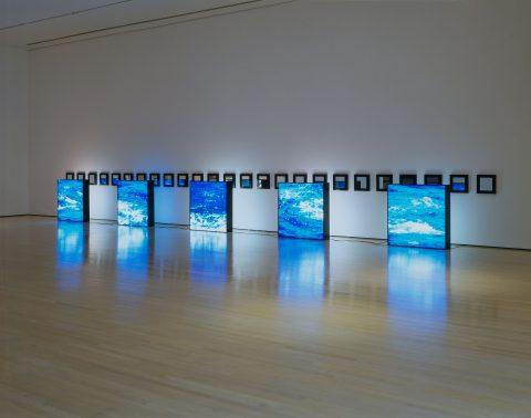Untitled (Water), 1992, Alfredo Jaar, 5 caissons lumineux avec transparents couleur et 25 miroirs encadrés, 2/2.