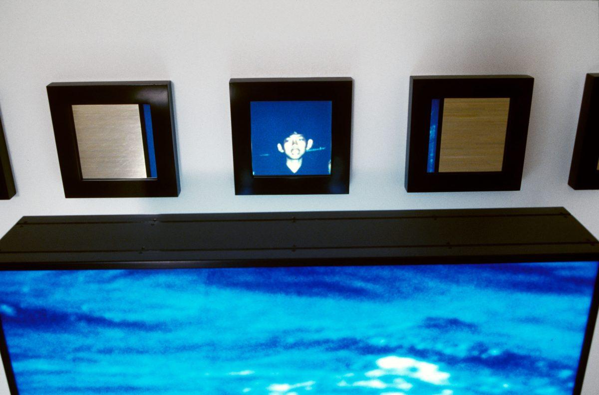 détail de Untitled (Water), 1992, Alfredo Jaar, 5 caissons lumineux avec transparents couleur et 25 miroirs encadrés, 2/2.