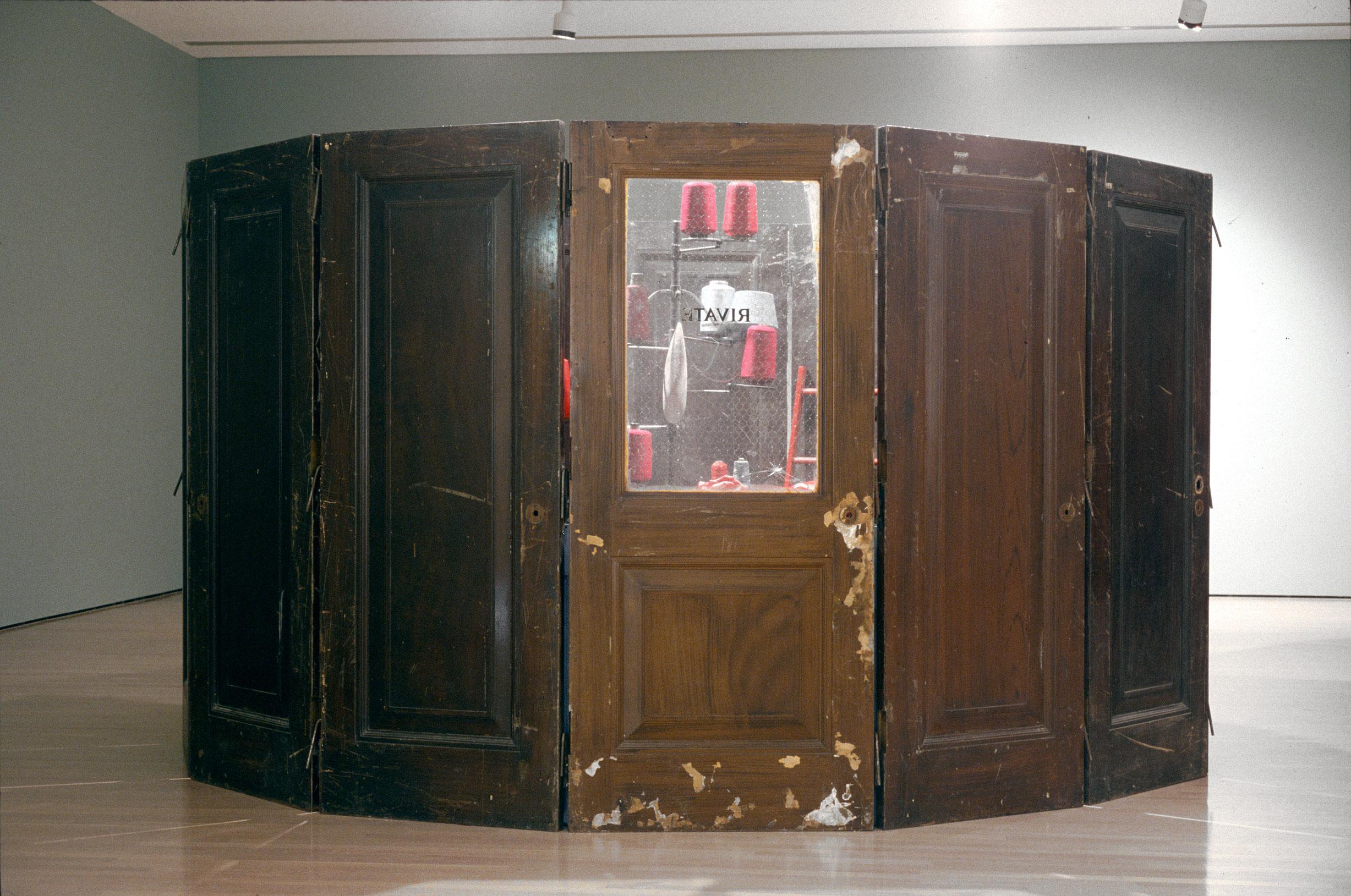 The Red Room - Child, 1994, Louise Bourgeois, Bois, métal, fil, verre et cire.