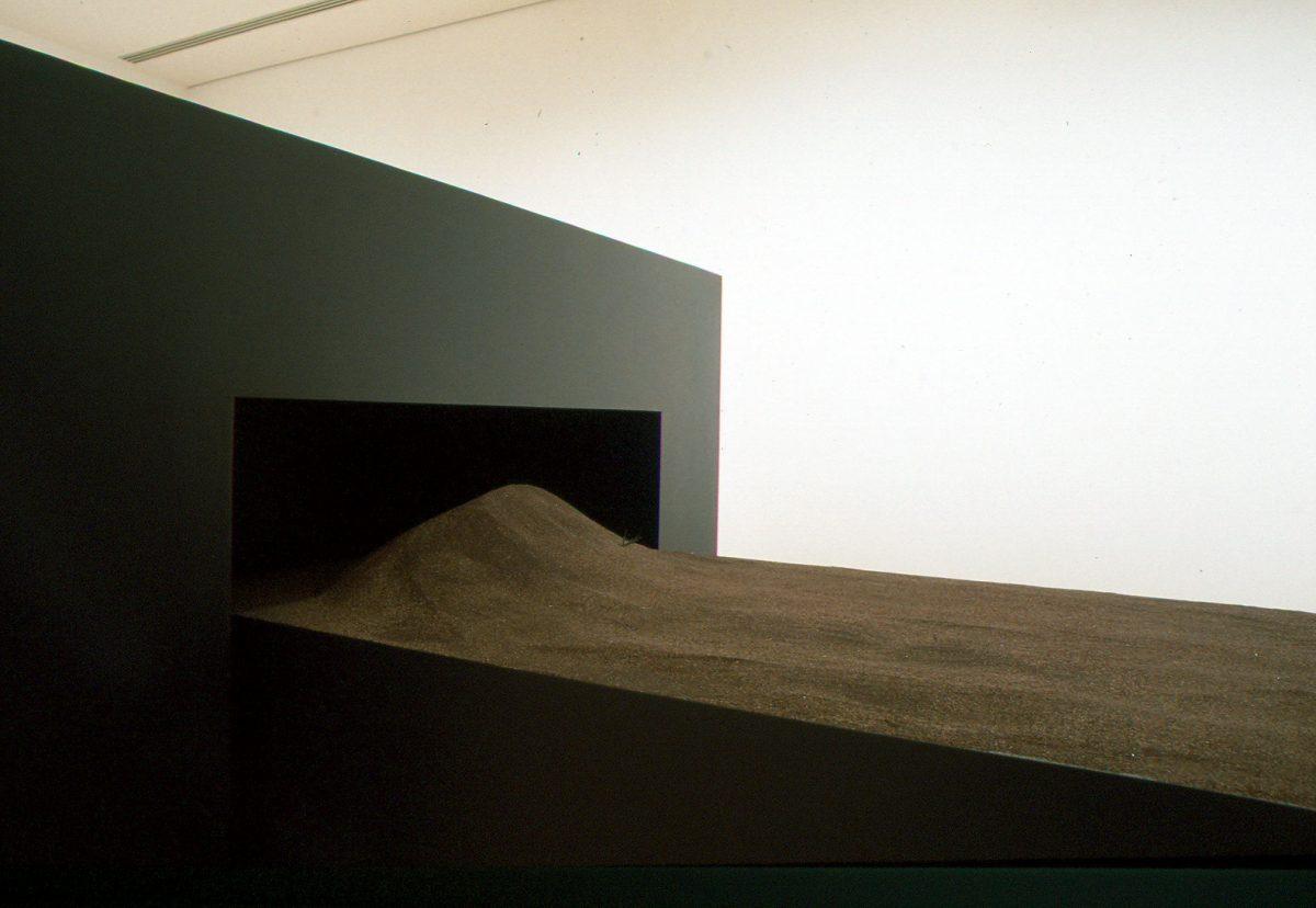 détail de Les Tables de sable III (haute, rouge, rompue), 1995, Jocelyne Alloucherie, Contreplaqué, bois, acrylique, laque, vernis, sable et 4 épreuves argentiques, 1/1.