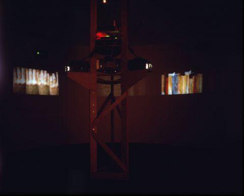 Dervish, 1993 - 1995, Gary Hill, Bois, aluminium, miroirs, lumière stroboscopique, moteur, 2 projecteurs vidéo, 2 haut-parleurs, ordinateur et contrôles électroniques, vidéodisques et programme, 2/2.