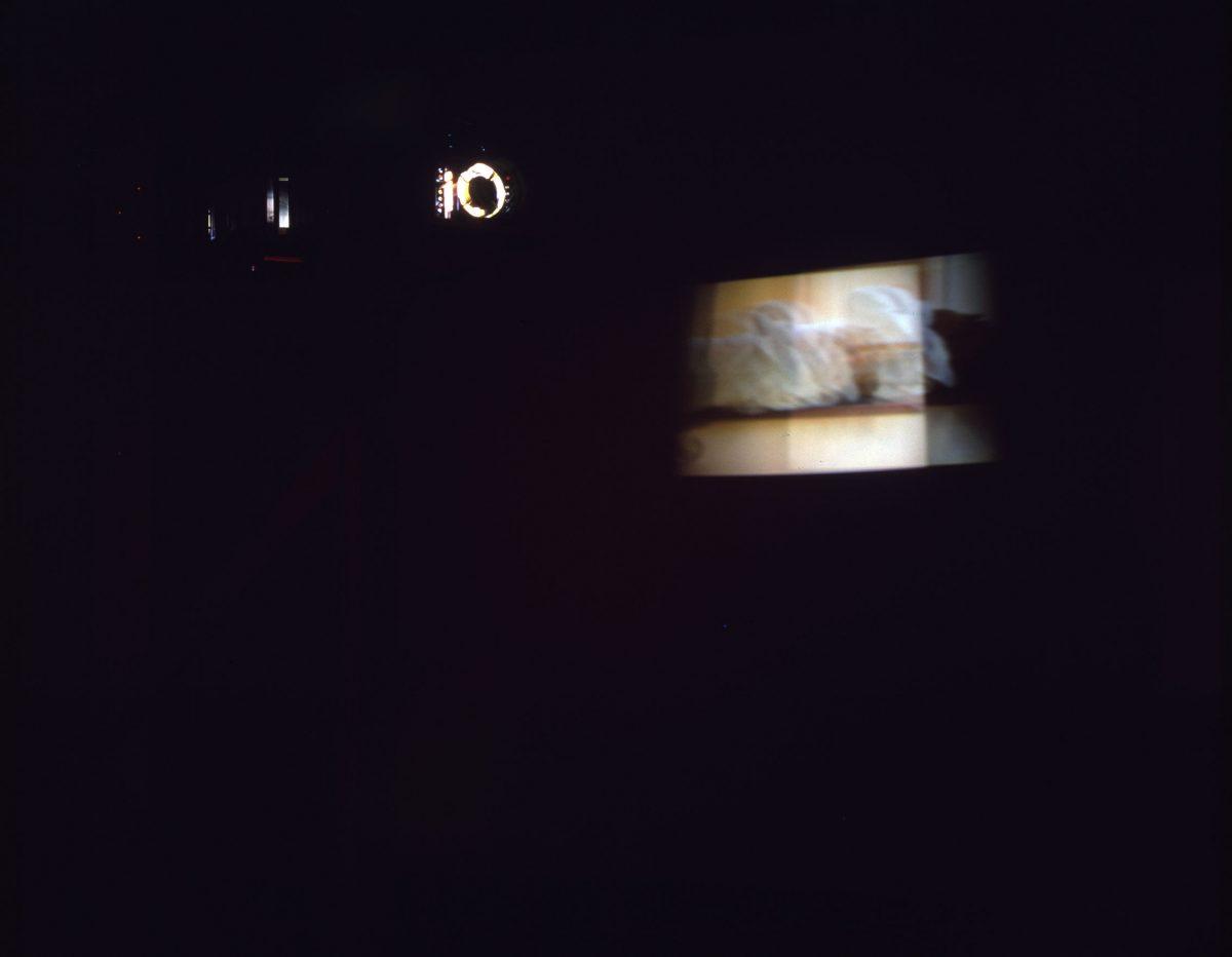 détail de Dervish, 1993-1995, Gary Hill, Bois, aluminium, miroirs, lumière stroboscopique, moteur, 2 projecteurs vidéo, 2 haut-parleurs, ordinateur et contrôles électroniques, vidéodisques et programme, 2/2.