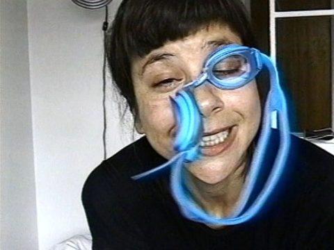 arrêt sur image de Bonbons bijoux, 1996, Sylvie Laliberté, Vidéogramme couleur, 12 min. 25 sec., son.