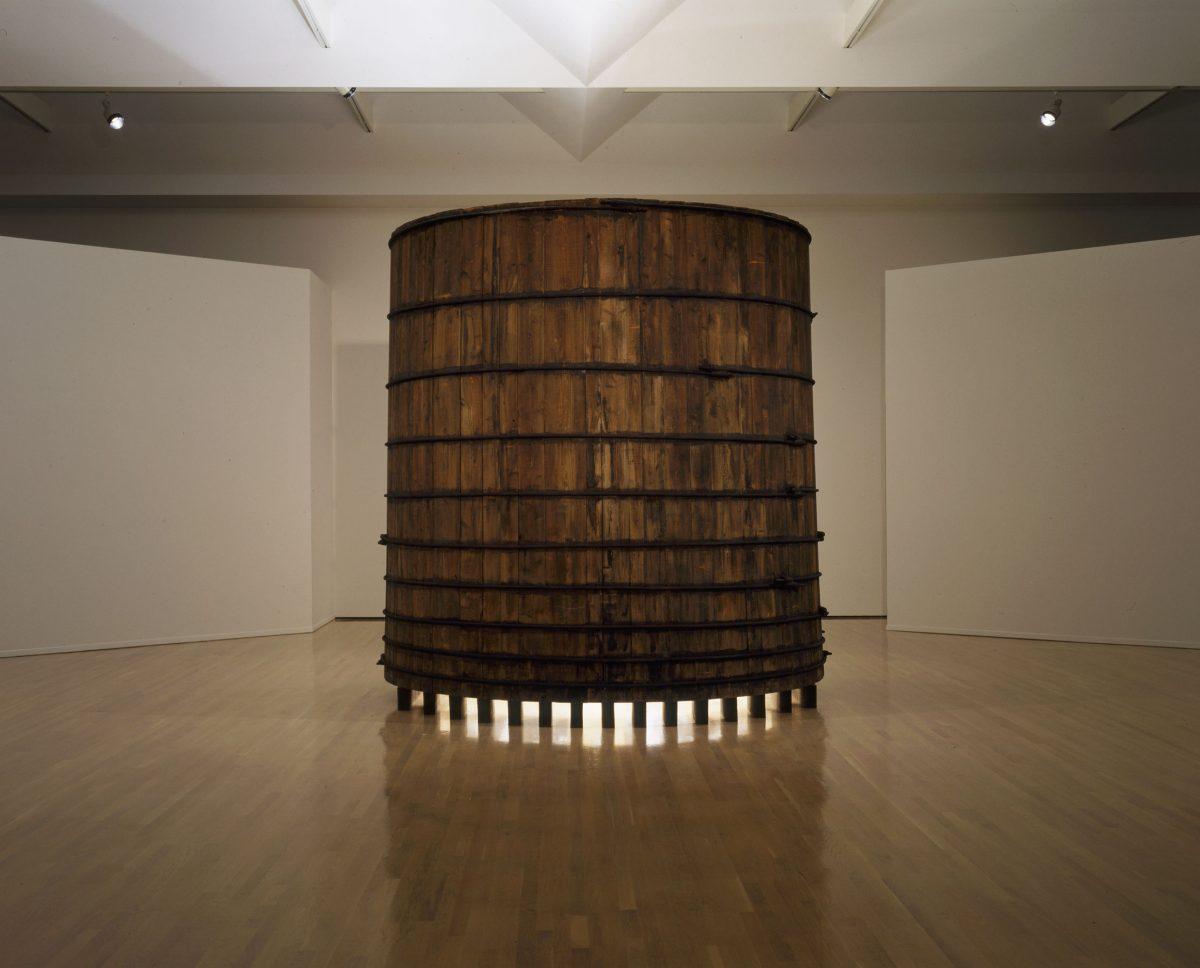 Château d'eau: lumière mythique, 1997, Irene F. Whittome, Bois de cèdre, métal, miroirs, défenses de narval en ivoire, moteur et lumière.