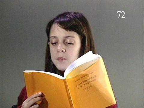 arrêt sur image de Remarques sur les couleurs (version française de «Remarks on Color, 1994»), 1994 - 1998, Gary Hill, Vidéogramme couleur, projecteur vidéo, sonorisation amplifiée, 49 min., E.A. 1/1.