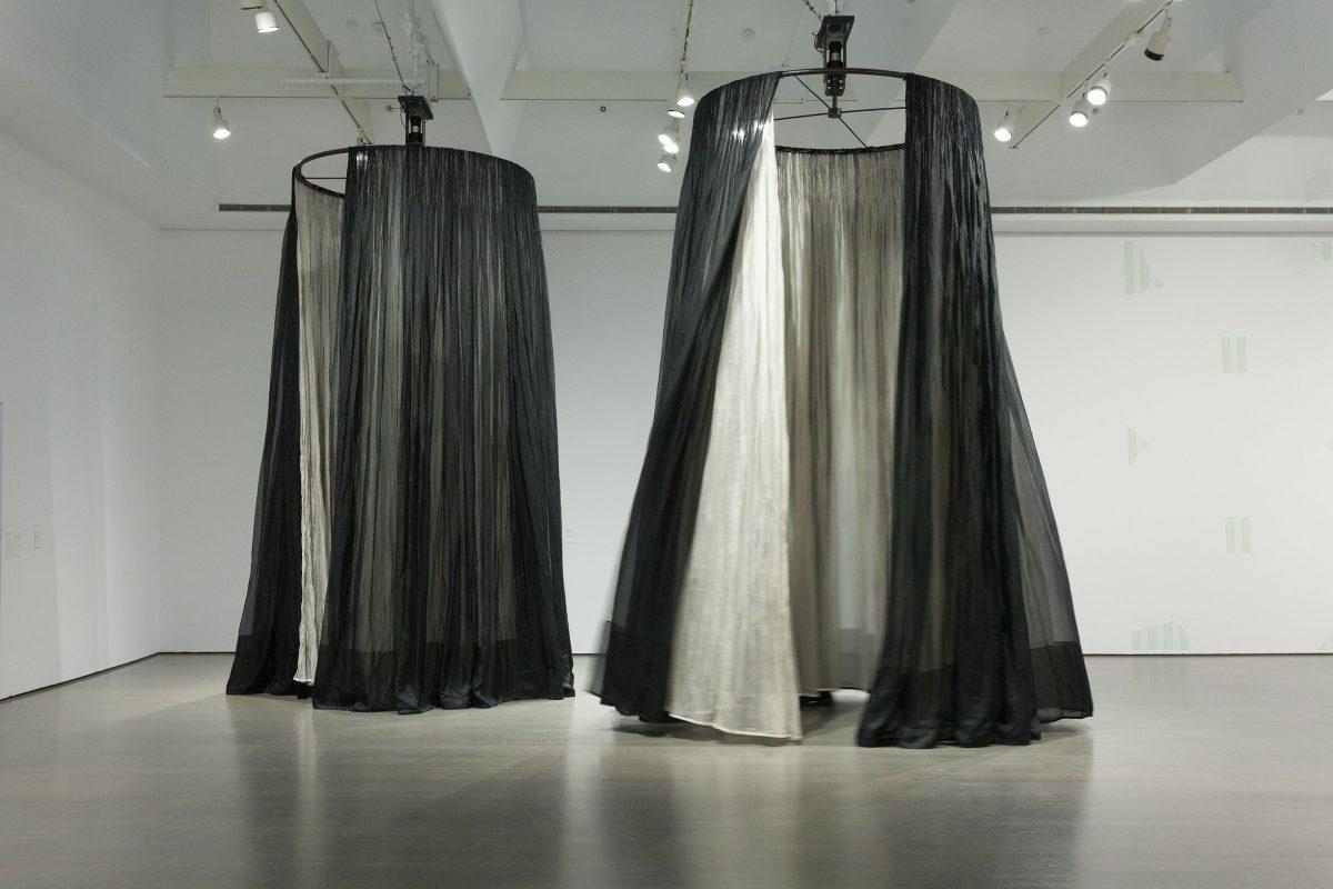 (bearings), 1996, Ann Hamilton, Voilages en organza de soie, rails métalliques, moteurs, tiges et anneaux d'acier.