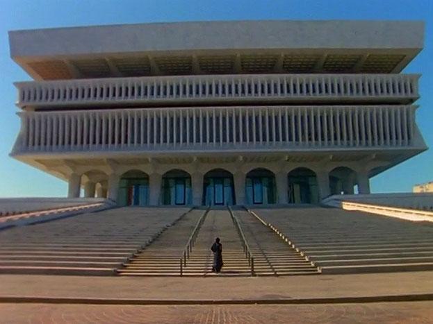 arrêt sur image OUEST de Soliloquy, 1999, Shirin Neshat, Film 16 mm couleur transféré sur 2 DVDs, 2 écrans, 17 min. 33 sec., son, 5/6.