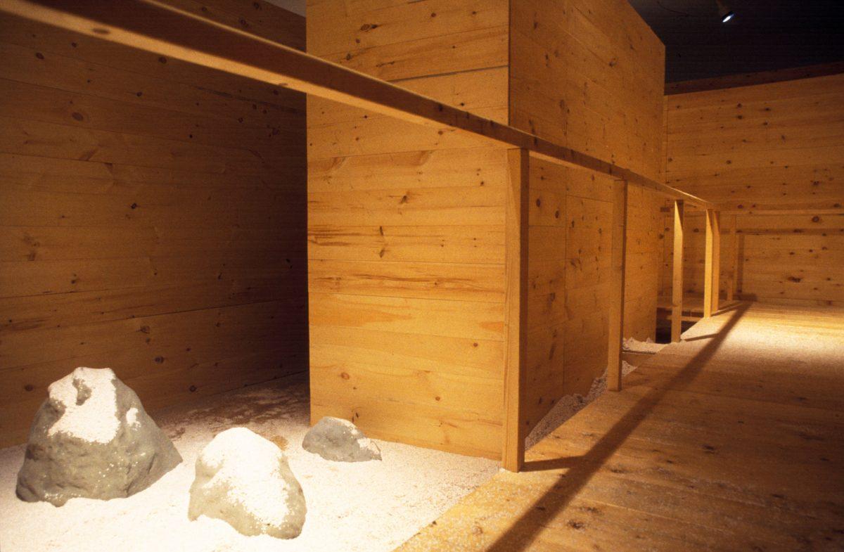We were in Kyoto, 1997, Ilya et Emilia Kabakov, Pont en bois, plastique, moteurs, confettis, pétales en soie, fournitures électriques et roches en plâtre et ciment.