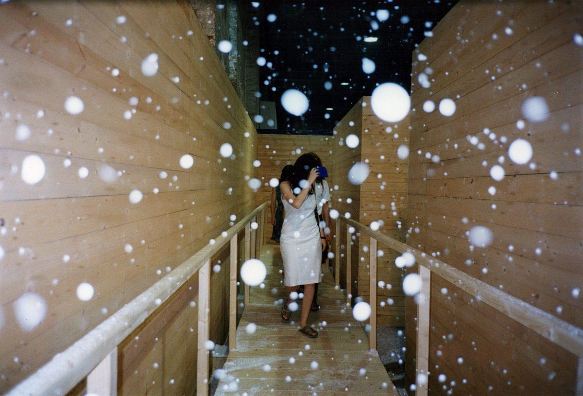 vue de l'installation, la Biennale de Venise, Venise, 1997 de We were in Kyoto, 1997, Ilya et Emilia Kabakov, Pont en bois, plastique, moteurs, confettis, pétales en soie, fournitures électriques et roches en plâtre et ciment.