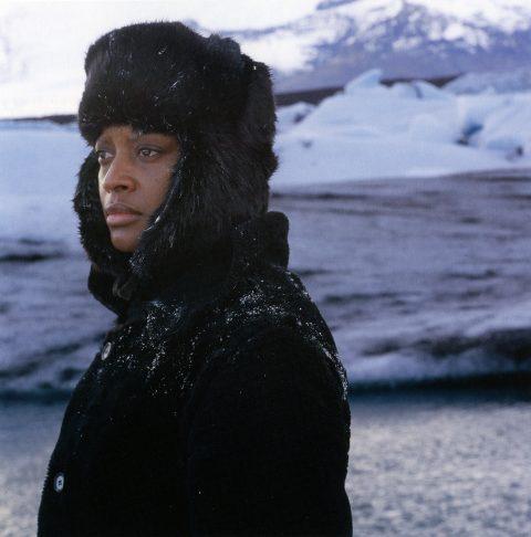 arrêt sur image de True North, 2004, Isaac Julien, Film 16 mm noir et blanc et couleur transféré sur 2 DVDs, 2 écrans, 14 min. 20 sec., son, 2/6.