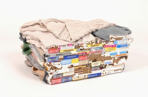 Carton II, 2006, Liz Magor, Gypse polymérisé, tabac, gomme et allumettes, 1/2.
