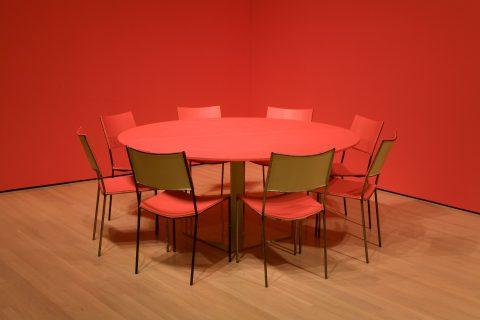 Chameleon, 2004, Franz West, 1 table et 8 chaises, bois, métal, couleur.