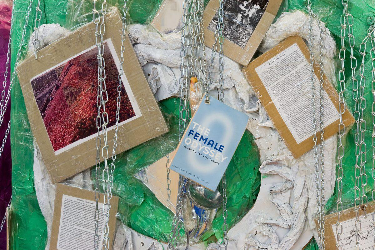 détail de Jumbo Spoons and Big Cake, 2000, Thomas Hirschhorn, Techniques mixtes et matériaux divers.