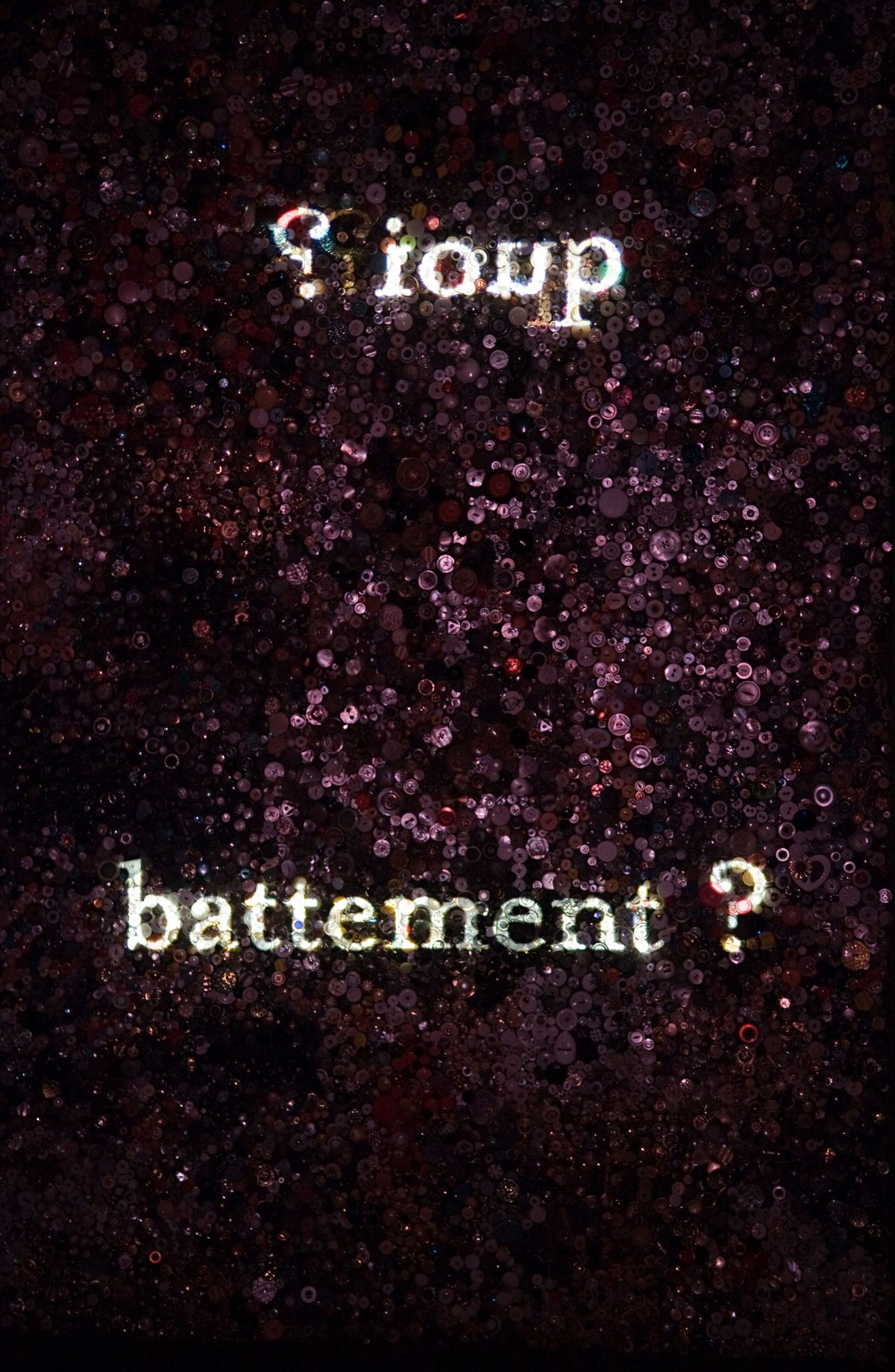 détail de Not I/Pas moi, 2006-2007, Christine Davis, Diaporama en boucle projeté sur écran de boutons suspendu, miroirs, 18 min..