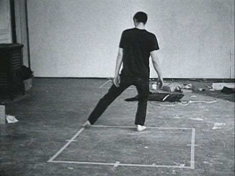arrêt sur image de Dance or Exercise on the Perimeter of a Square (Square Dance), 1967 - 1968, Bruce Nauman, Film 16 mm noir et blanc transféré sur vidéo, projection en boucle, 10 min., son.