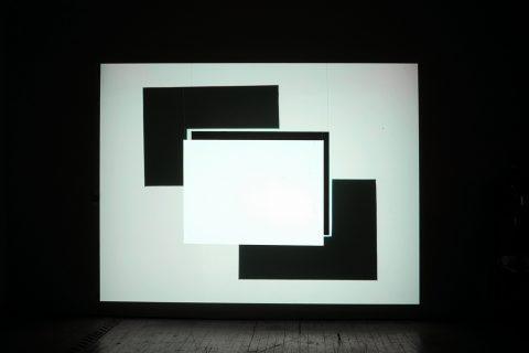 Fantasmagorie lumineuse, 2008, Manon De Pauw, Vidéogramme, projection en boucle sur écran de bois, 18 min. 58 sec., son stéréo, 1/3.