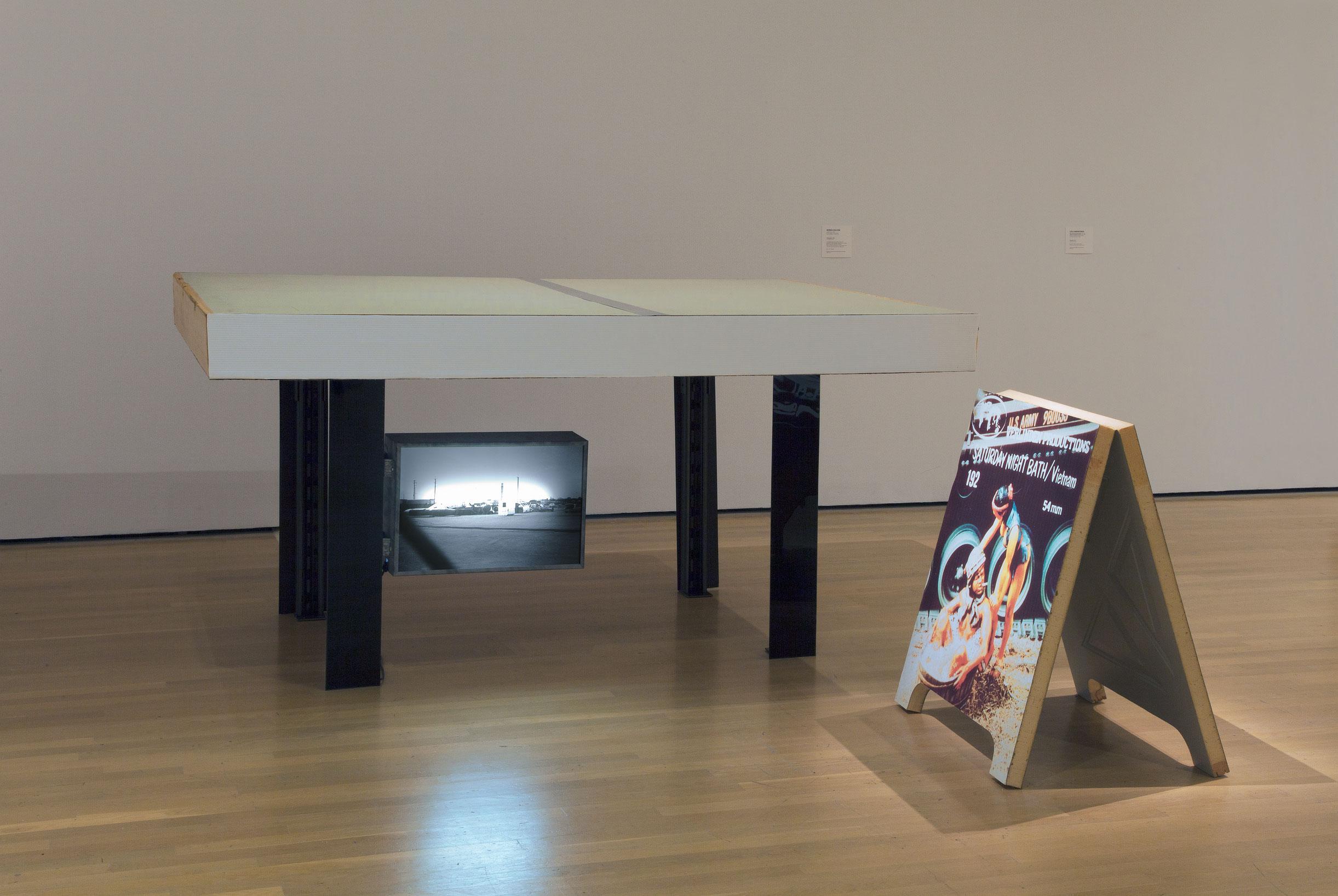 Things Men, 1991, Robin Collyer, Contreplaqué, panneau de fibres, mousse de polystyrène, métal, plexiglas, transparent noir et blanc, boîtier lumineux, impression jet d'encre.