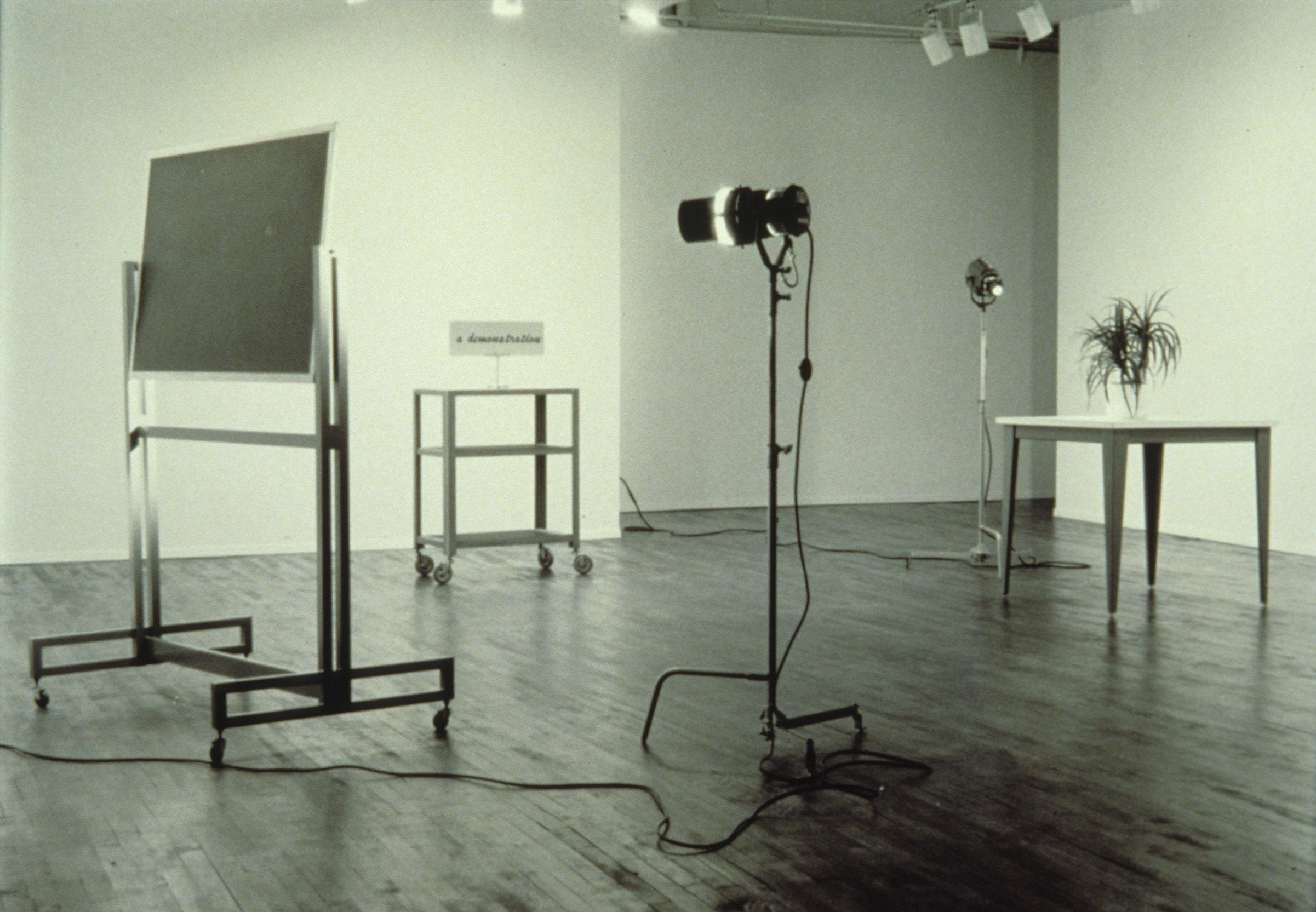 A Demonstration, 1981, Ian Carr-Harris, Bois, panneau de particules, métal, peinture, plastique, ampoules, filage électrique et objets divers.