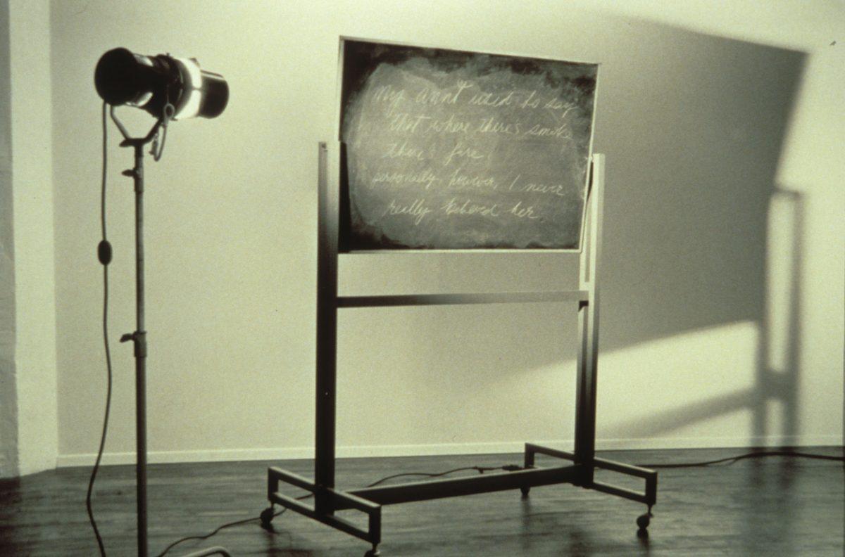 détail de A Demonstration, 1981, Ian Carr-Harris, Bois, panneau de particules, métal, peinture, plastique, ampoules, filage électrique et objets divers.