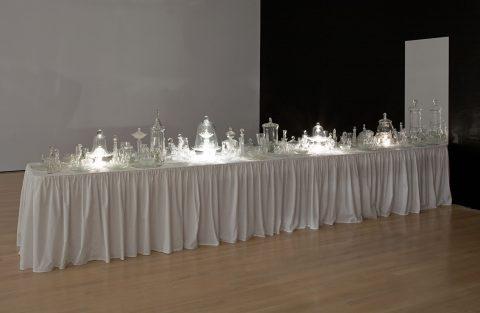 Les Hôtes, 2007, reconstitué en 2009, Claudie Gagnon, Verre, miroir, nappe de coton, table et système d'éclairage intégré.