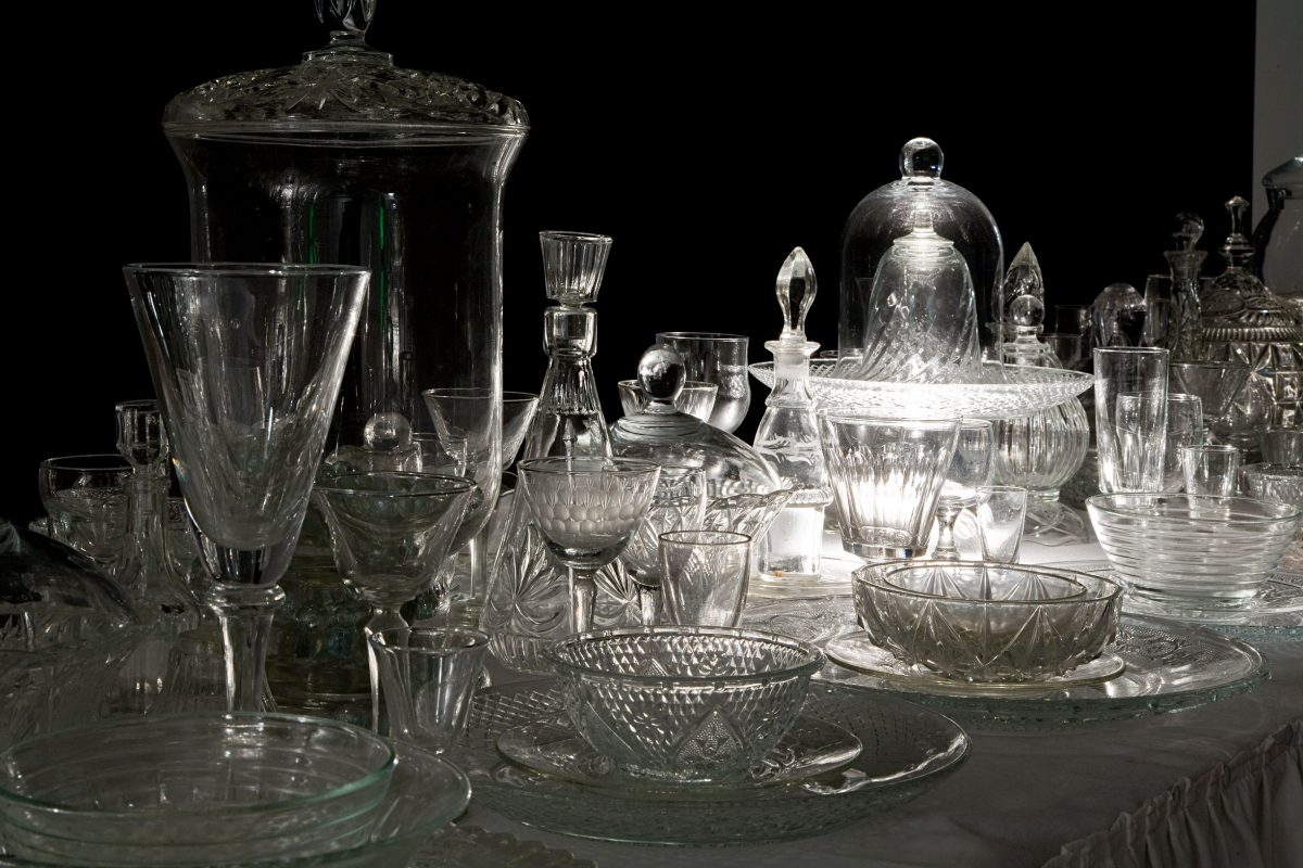 détail de Les Hôtes, 2007, reconstitué en 2009, Claudie Gagnon, Verre, miroir, nappe de coton, table et système d'éclairage intégré.