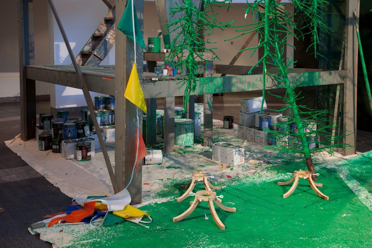 détail de Postérité-les-Bains (Usine de sapins), 2009, bgl, Sapins, bois, métal, carton, plastique, corde, huile et acrylique.