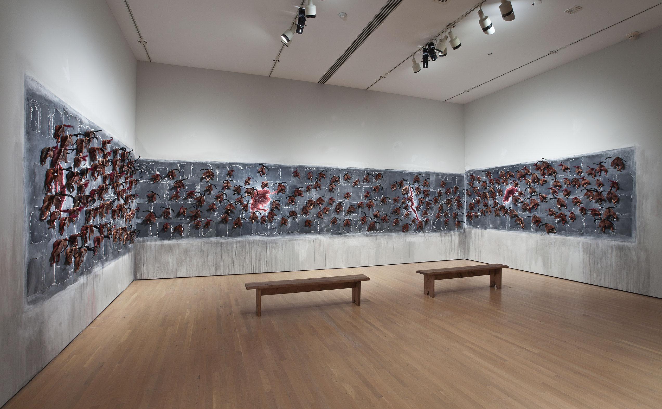 Moth Girls, 2010, Wangechi Mutu, Objets et matériaux divers, 246 figurines en céramique, ailes en cuir, plumes, papier et lavis.