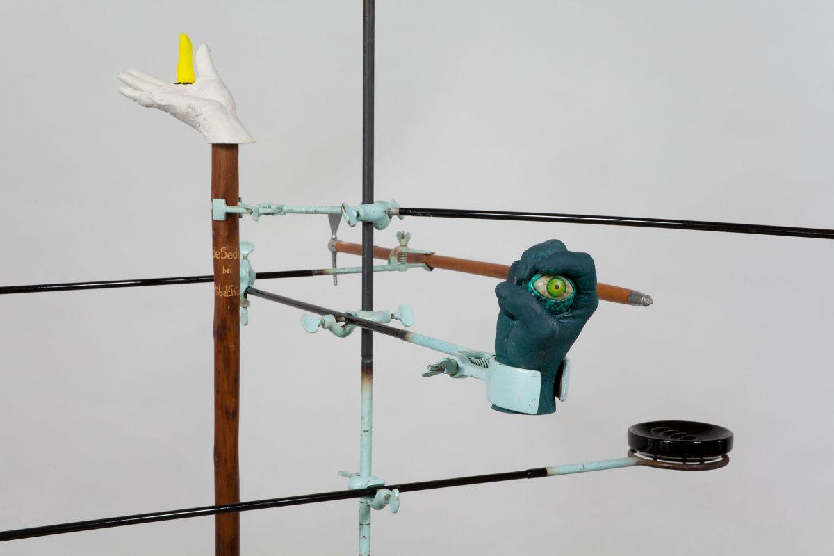 détail de Cargo-Culte, 2011, Valérie Blass, Métal, plâtre, matériaux et objets divers.