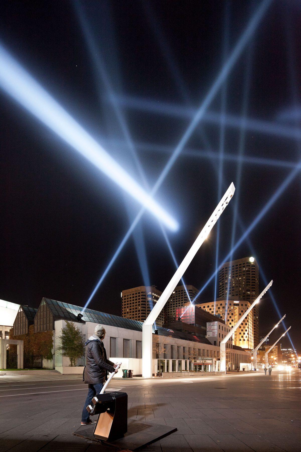 Intersection articulée. Architecture relationnelle 18, 2011, Rafael Lozano-Hemmer, Dispositif de lumière de surveillance, objets et matériaux divers.
