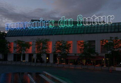 Souvenirs du futur, 2010, Laurent Grasso, Lettres en tubes néon montées sur supports en aluminium, transformateurs.