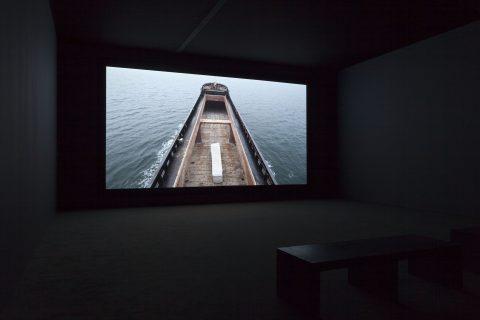 The Column, 2013, Adrian Paci, Vidéogramme couleur haute définition, 25 min. 40 sec, son, 5/6.