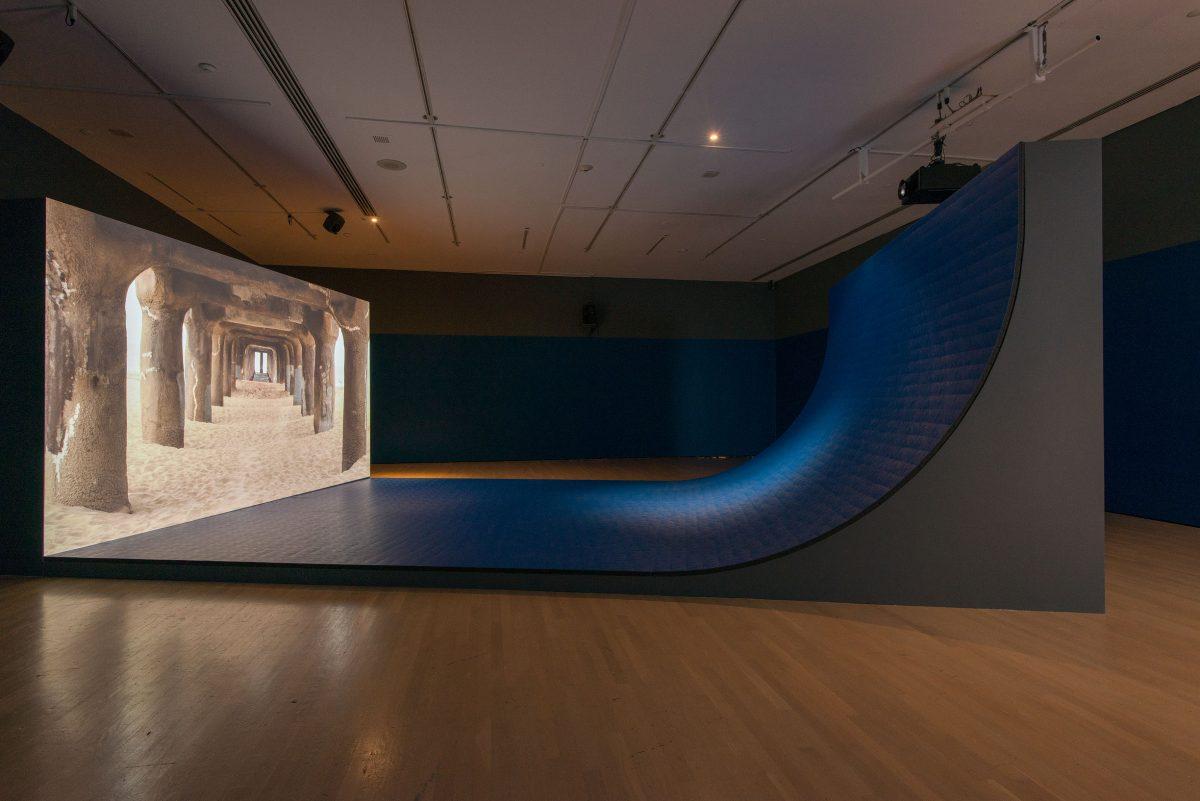 Liquidity Inc., 2014, Hito Steyerl, Vidéogramme couleur haute définition, monobande, 30 min., son et structure architecturale, 1/7.