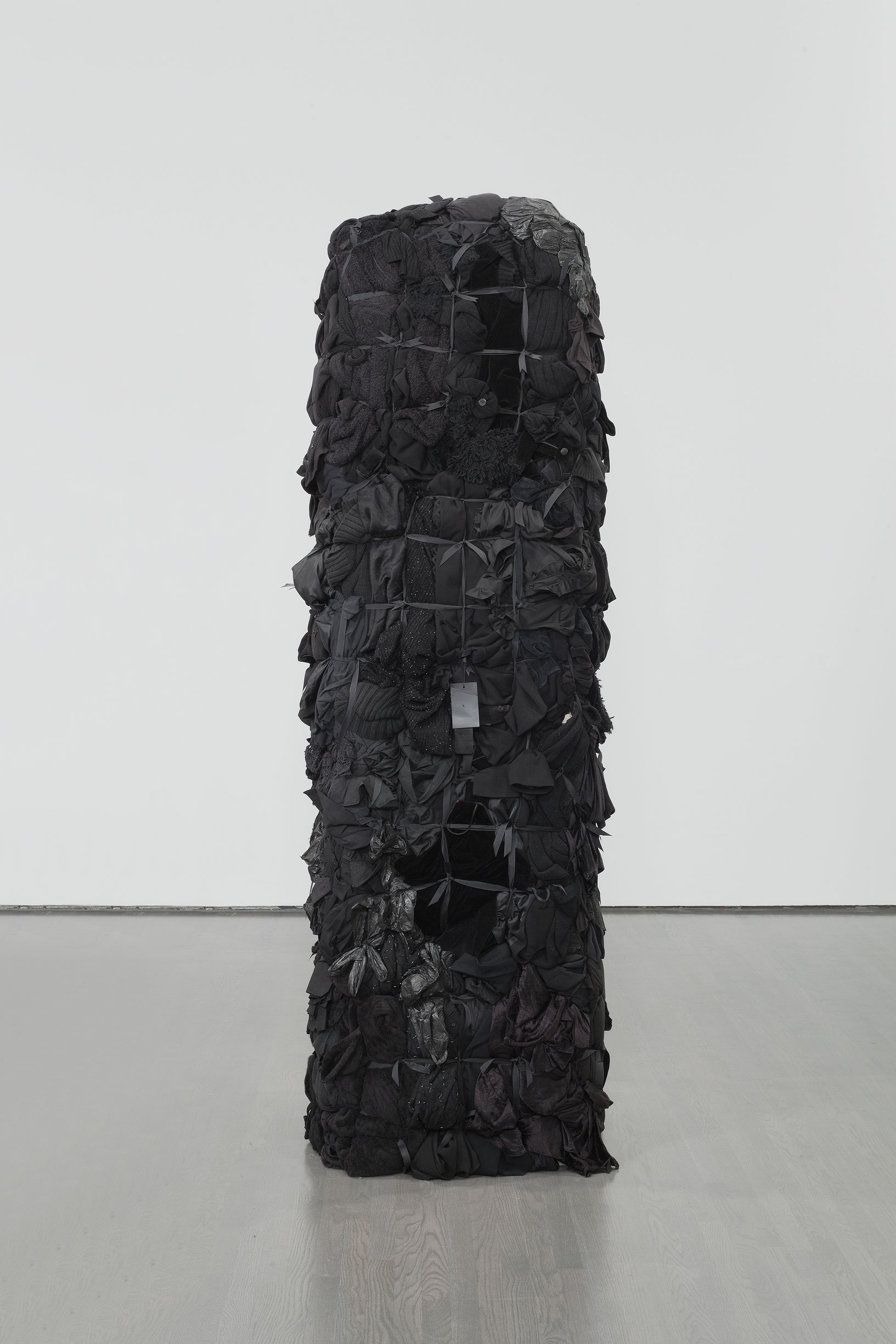 Bale Variant No. 0018 (Black), 2010, Shinique Smith, Vêtements, rubans et bois.