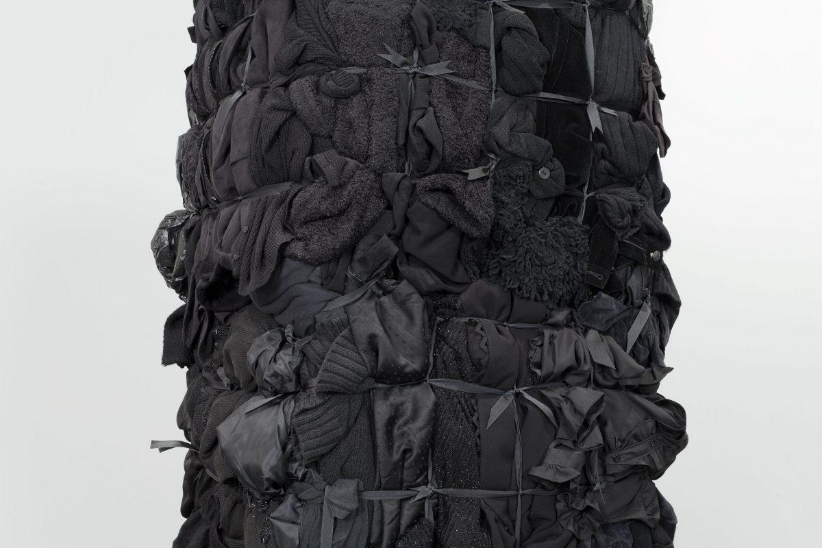 détail de Bale Variant No. 0018 (Black), 2010, Shinique Smith, Vêtements, rubans et bois.