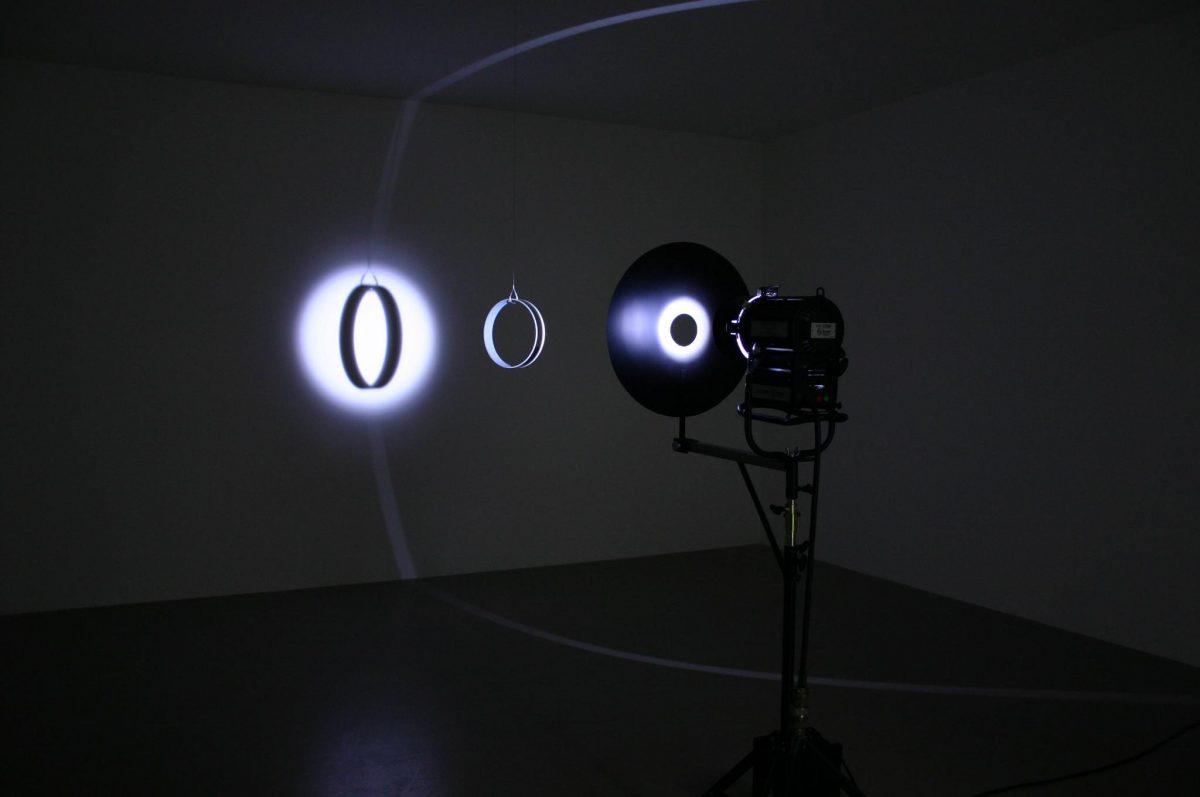 Your space embracer, 2004, Olafur Eliasson, Anneau cylindrique en miroir de verre, fil métallique, moteur, lumière et trépied, 3/3.