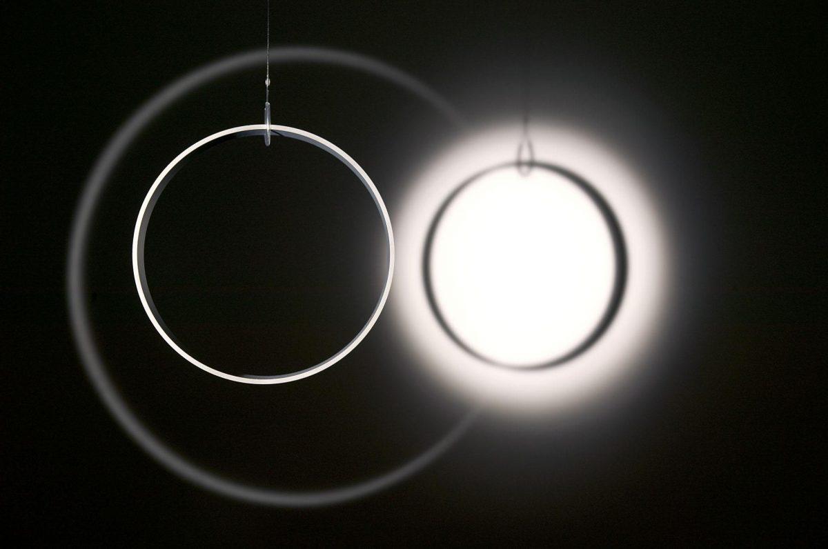 détail de Your space embracer, 2004, Olafur Eliasson, Anneau cylindrique en miroir de verre, fil métallique, moteur, lumière et trépied, 3/3.